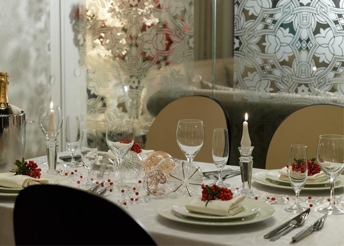 closer view of restaurant's table at christmas
