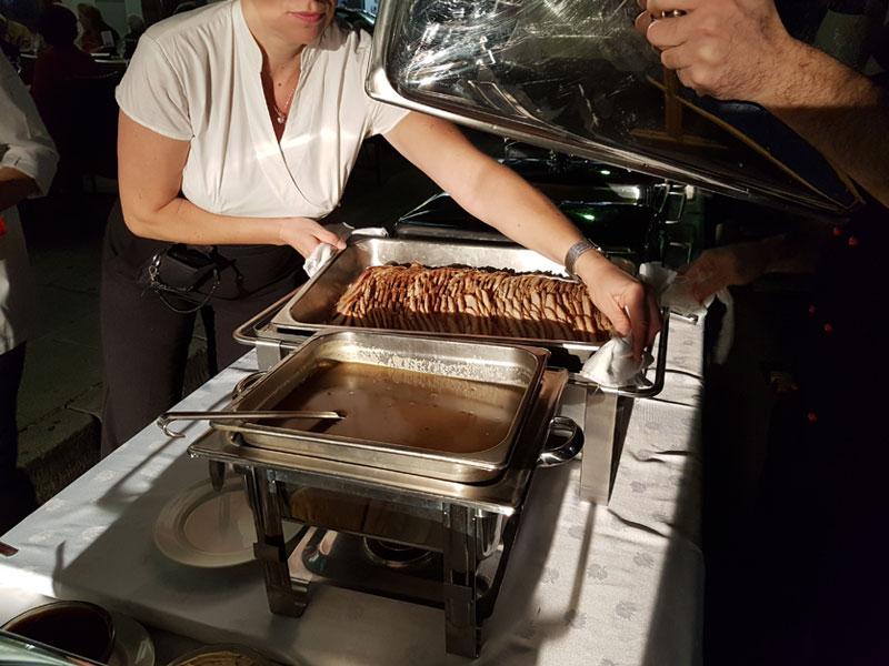 Σπάρτη Ανοιχτή Πόλη το σερβίρισμα των φαγητών από τον σεφ του ξενοδοχείου Μενελάιον στη Σπάρτη