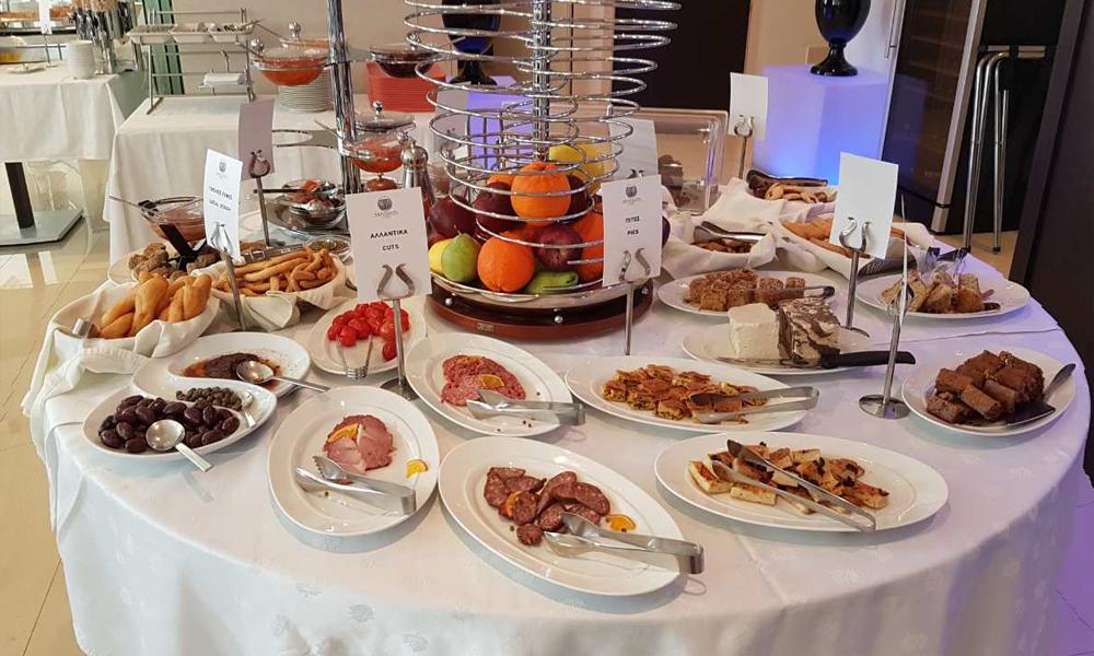Ελληνικό πρωινό στο ξενοδοχείο Μενελάιον αλλαντικά greek breakfast sausages